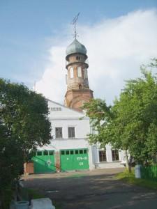 Колокольня  Митрофаниевской церкви. Здание пожарной части, построенное на месте  старого кладбища.