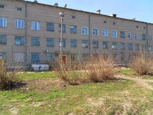 Поликлиника. Вид с ул. Ёлкина. Построена на месте старого Митрофаниевского кладбища.