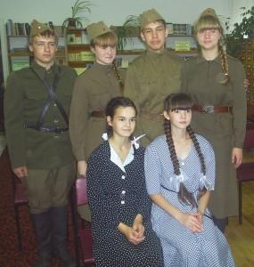 Учащиеся гимназии с литературной композицией. «Память сердца», второй справа – Руслан Байназаров.