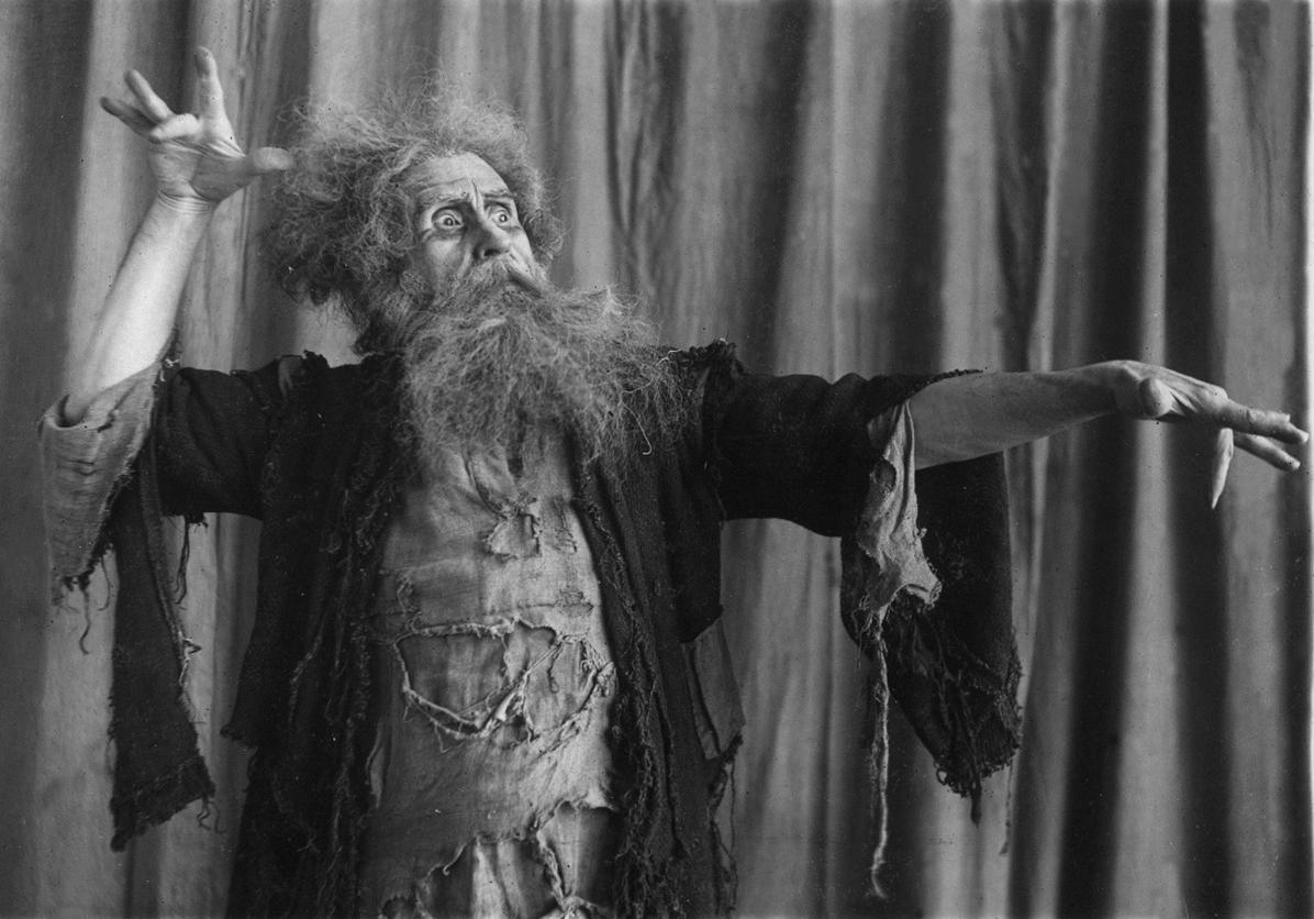 В опере «Русалка» Ф. Л. Ларионов исполняет партию Мельника