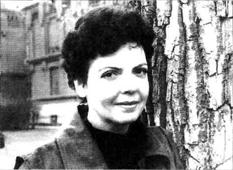 Светлана Сырнева у гимназии в Уржуме