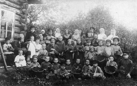 Воспитанники Уржумского приюта на сборе плодов в саду уездного земства