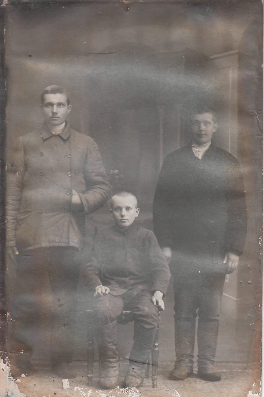 Николай Гурьянович Сорокин-Махалов (слева) с братом Александром (сидит) и другом Мачехиным (снимок до 1917 г.)