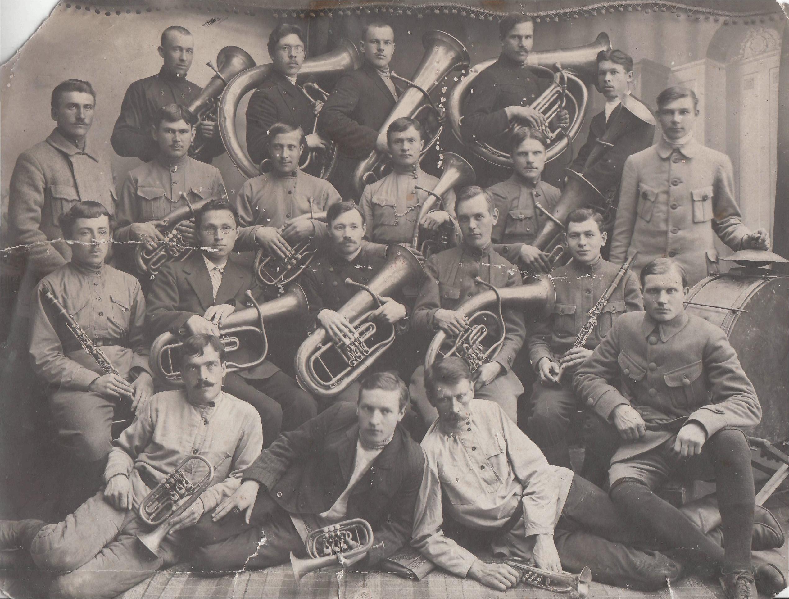 Н. Г. Сормах (крайний справа в первом ряду) с участниками военного оркестра. 1918 г.