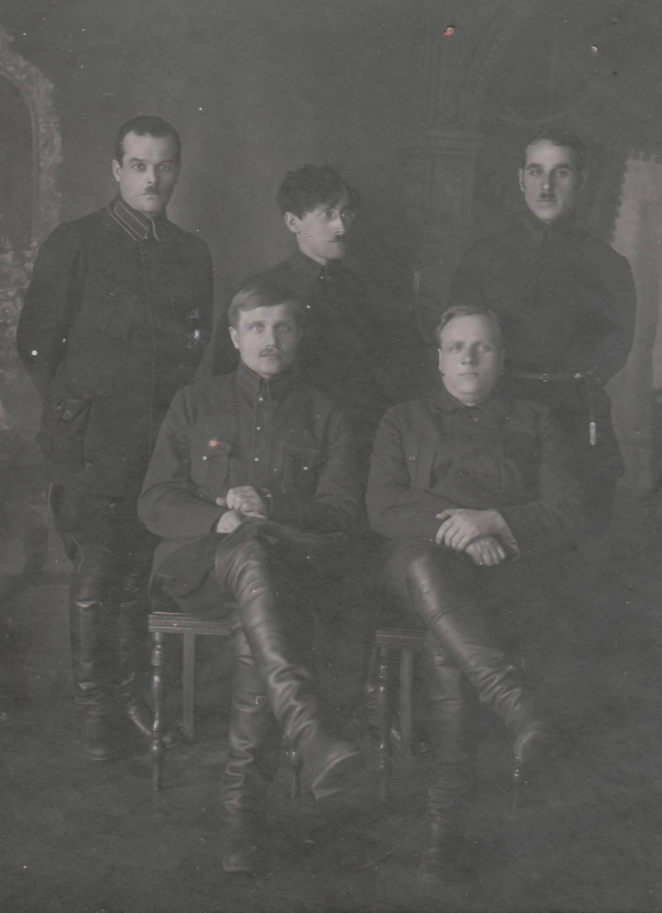 Н.Г. Сормах (сидит слева) с сотрудниками. Вятка (годы не обозначены)