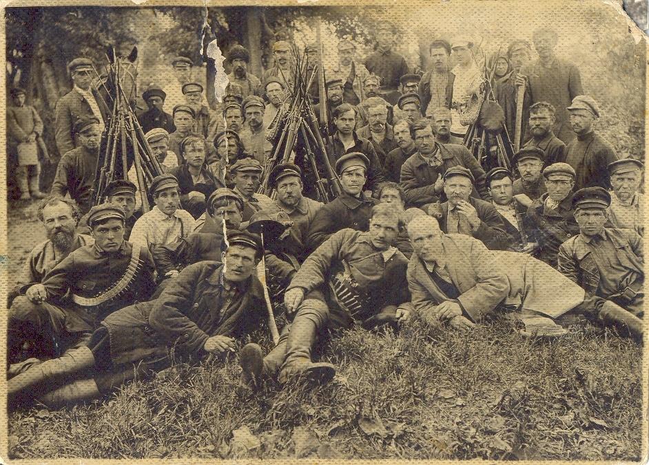 Н. Г. Сормах (первый ряд, в центре) - командир Теребиловской красногвардейской дружины. 1919 г.