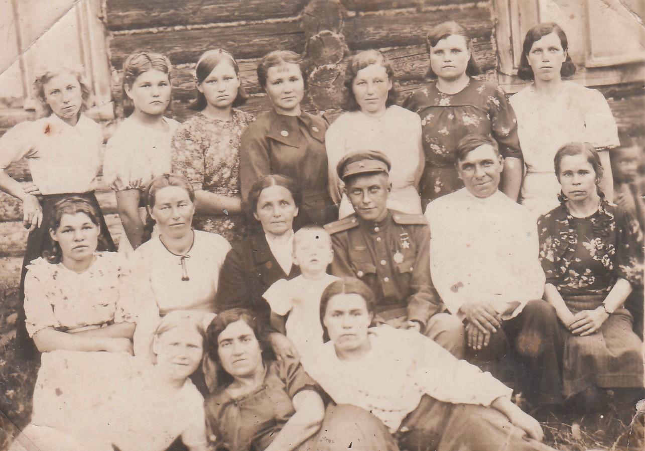 1943 г. Во время отпуска с фронта. Яков Урванцев с воспитателями Савиновского детского дома.