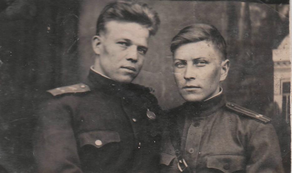 1942 г. Школа младших командиров. Яков Урванцев - слева.