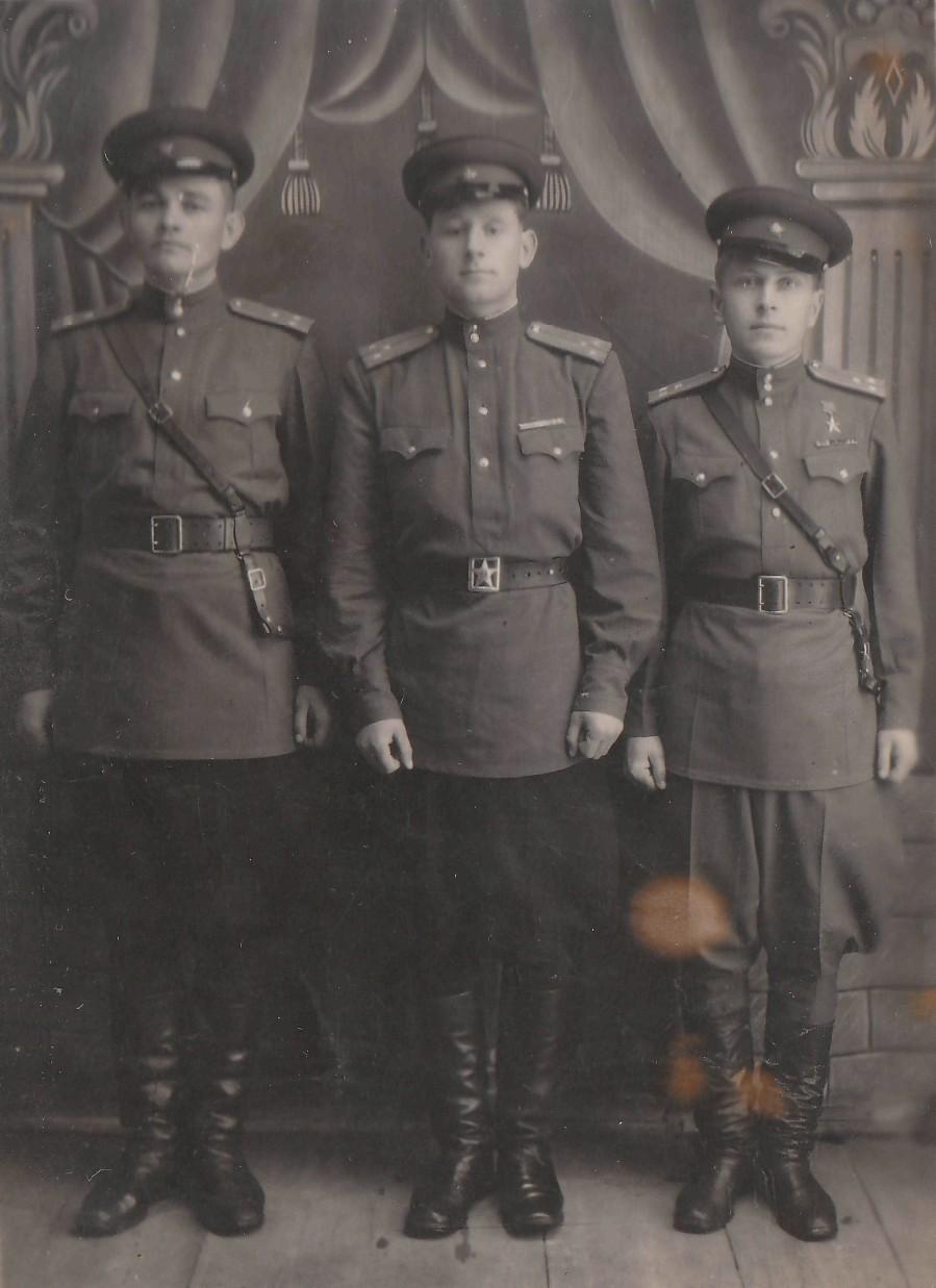 Яков Урванцев (слева) с фронтовыми друзьями.
