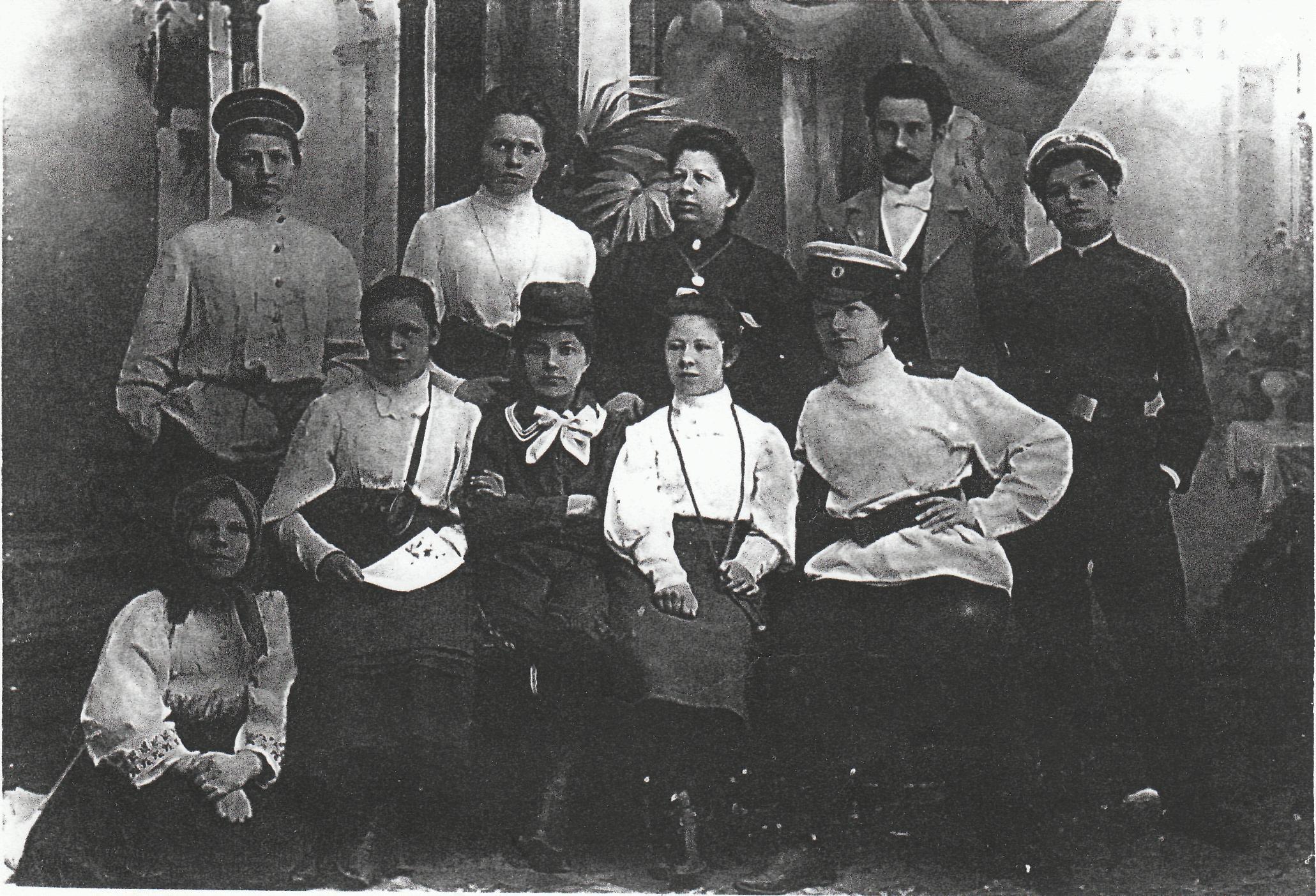 Участники домашнего спектакля в доме Капгеров. Крайняя слева (сидит) М.Ермолина, крайняя справа (стоит) А. Винокурова