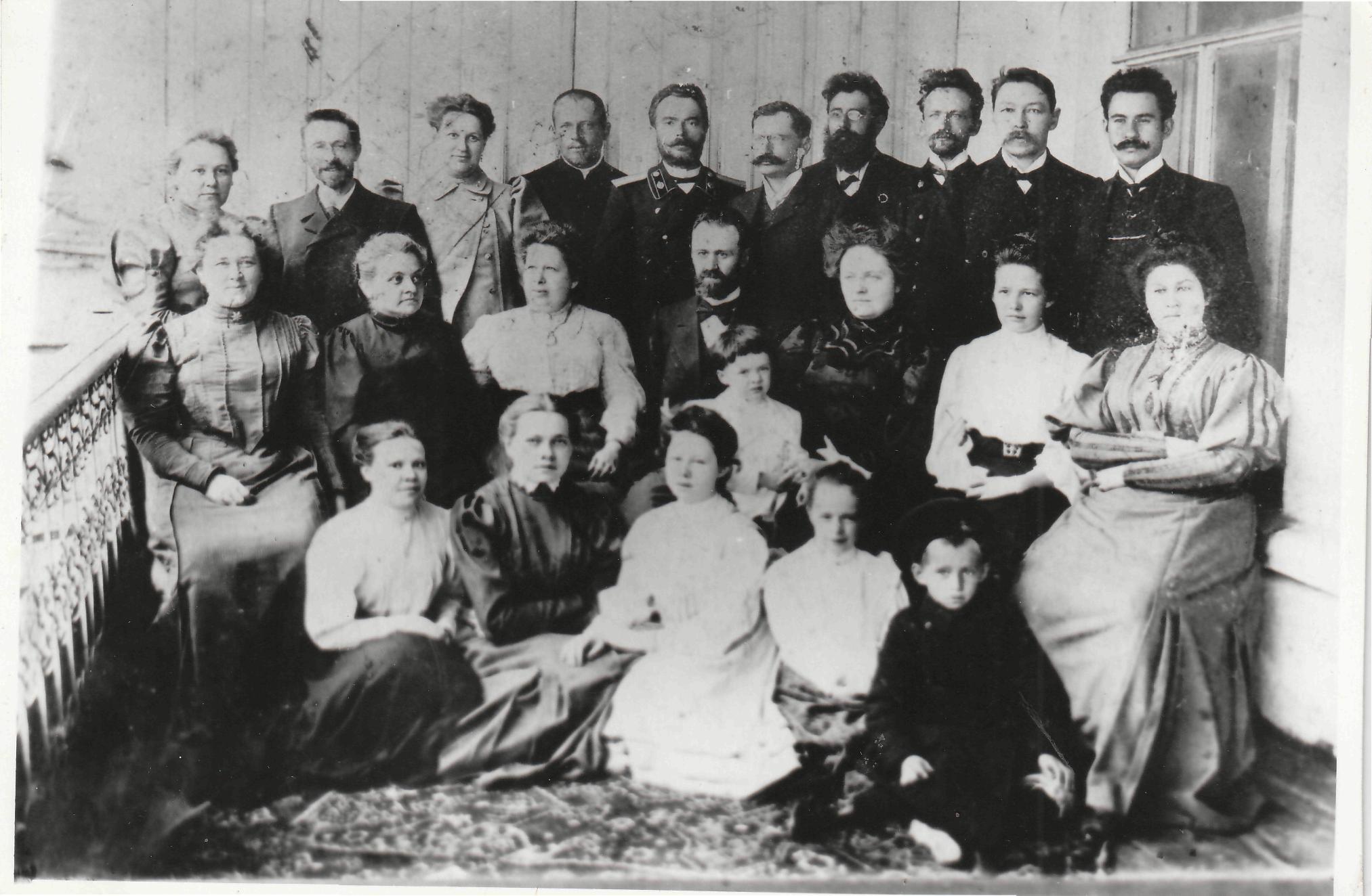 Группа уржумской интеллигенции - участников спектаклей на балконе в доме Капгеров. 1908 г.