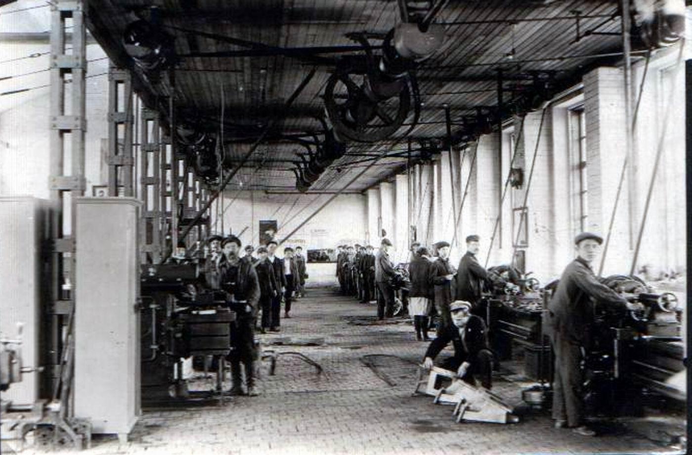 Вцехе завода «Память товарища Кирова», 1940 г. (с сайта arcul.ucoz.ru).